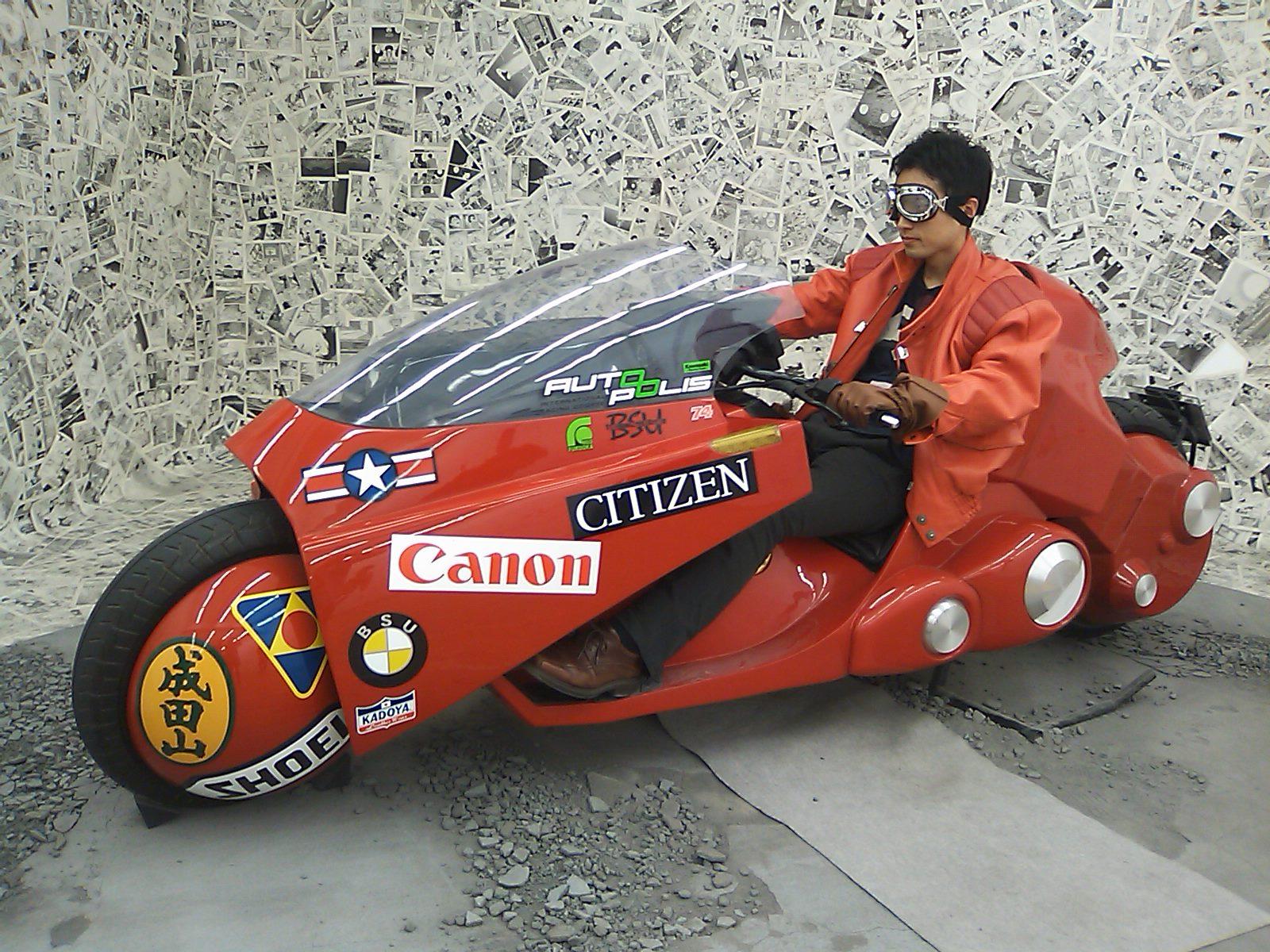 金田バイクにまたがる