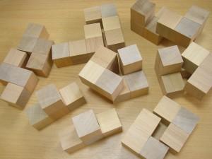 ダボ木でパズルを組み合わせる