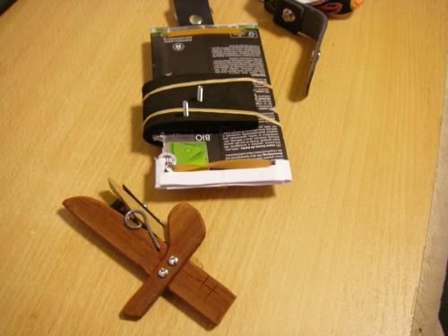 戦極ドライバーと剣は、ホームセンターで買ってきた金属の穴あき板とねじとボルトでくっつけます。
