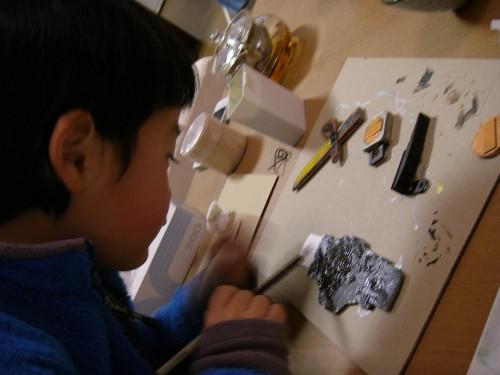 パーツへの色塗りには息子も参加。上手に出来ました!