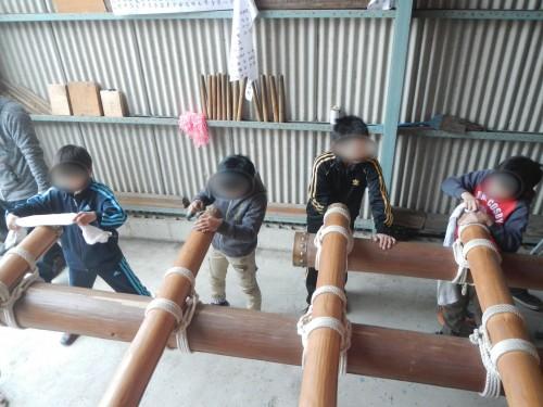 子どもたちは、だんじりの担ぎ棒の端に付いている金具をピカピカに磨くのがお仕事。