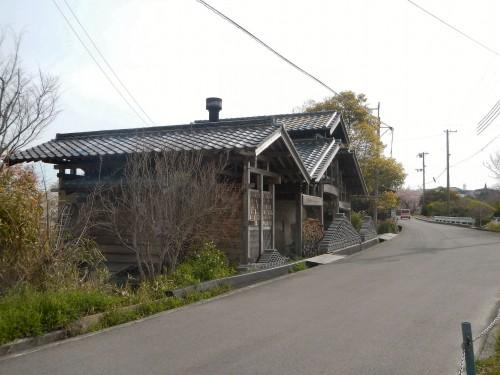 写真家、瓦師でいらっしゃる山田脩二さんのだるま窯。 一見小さな窯ですが、一度に1,000枚(!)くらい焼けるそうです。