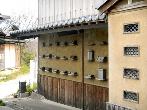 カラテカワラを作っている谷池健司製瓦所さんの路上ギャラリー。 「のし」という、屋根の一番上に乗っける部分を専門に作られています。