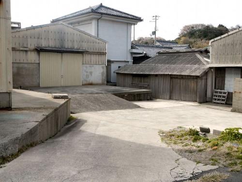 防波堤沿いにある瓦工場。 人気も車もないので、かってにスケボーの練習場にしています(おい)。