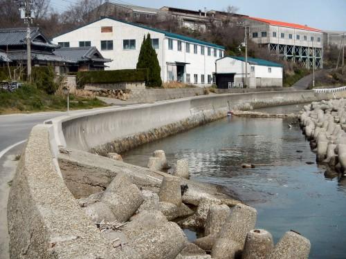 防波堤沿いを歩いていると、しょっちゅう見かける海に伸びる斜めの通路。 昔は船で大阪まで瓦を運んでいて、その名残が残っているとのこと。