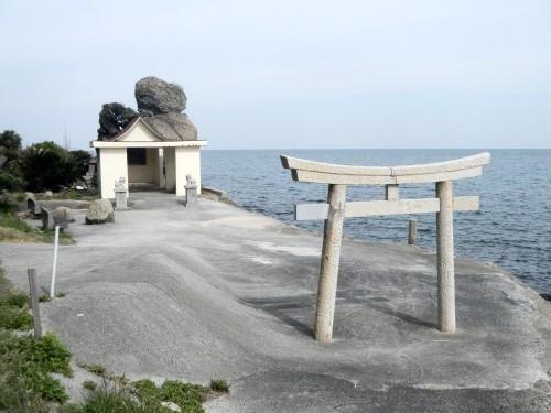 御陣馬(おじんば)の岩上様。 さっぱりとした雰囲気の神社です。 この辺りでは、よく海藻取りをしている人を見かけます。