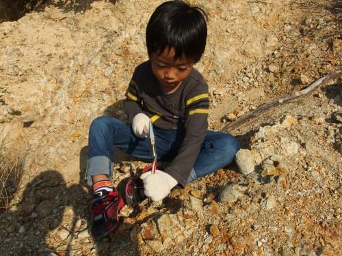 裏山で道具を使う練習中。 ここにも実は化石が眠っているのかも・・・?