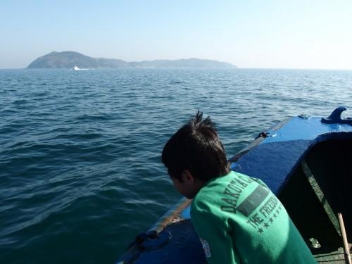沼島見えてきたー!というのはウソで、土生港から見えてます。 沼島汽船でちょうど10分の距離。