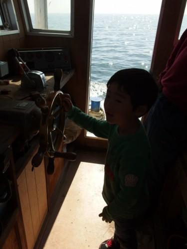 船の舵も触らせてもらいました。