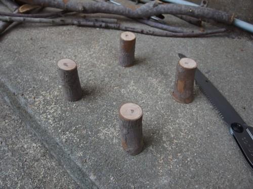 1. 太めの枝を7センチ位の長さに切り揃えます。