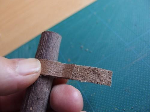輪ゴムと木をつなぐための革パーツ。 幅が1cm、長さはぐるり一巻き+3.5mmで作っています。