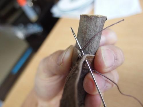 最後の穴から外へ針を通し、糸を切る。