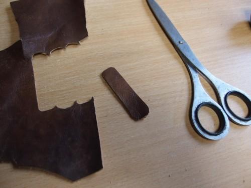 次に、パチンコの玉をはさむための持ち手となる革をハサミで切り出します。 大きさは木との兼ね合いで変えますが、大体5cm x 1.5cm くらいがベストです。
