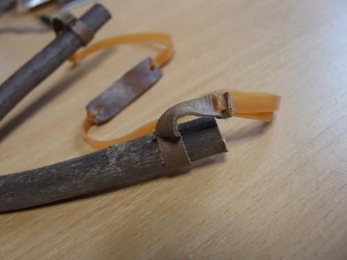 普段は木にゴムを直接結びつけてしまいますが、革を使うことで簡易的なアジャスターを付けることが出来ました。