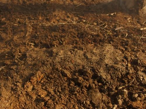 粘土状にした土でふさいでいますので、かなり完璧に煙の漏れを防ぐことができます。
