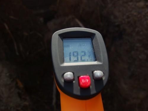 レーザーポインタを使い、焚き口からなるべく奥の温度を測る。 ただいま192度。