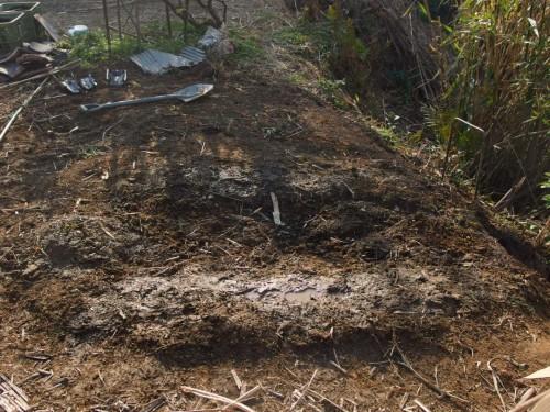 煙突を抜き、土をかぶせたところ。上から土と水をまき、不意の陥没に備えます。