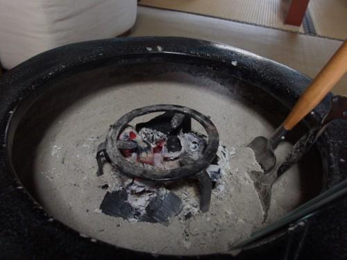 さっそく火鉢での使用。細かくて少し使いにくいですが、何といっても自家製・自家用です。 何の文句もありません。