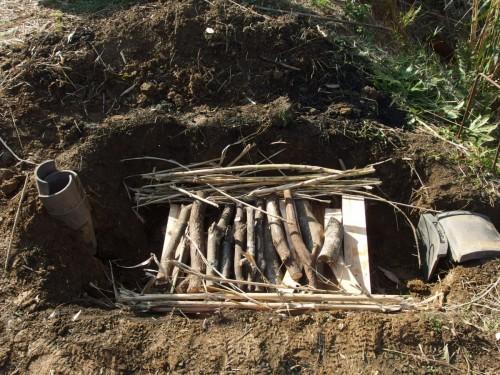 炭材のすき間に暖竹を詰めていく