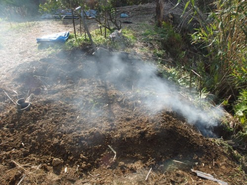 煙突(写真左)からは煙が出ず、焚き口の煙がそのまま外に流れていく。