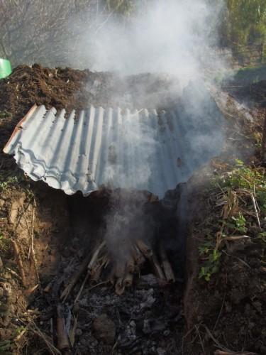 トタン板を焚き口の屋根として付けただけで、ぐんぐん中に煙が入るように