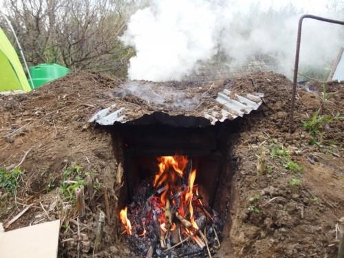 大量に焚き口に火をつけて、煙突からも勢いよく煙が出てきます。