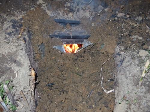 焚き口をせばめた後も、真っ赤に燃える内部
