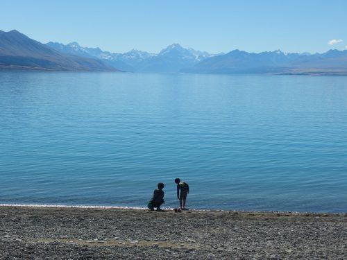 アオラキ山(マウントクック)近くのプカキ湖。 隣のテカポ湖は世界遺産の星空で有名ですが、プカキ湖は人も少なくおすすめです。