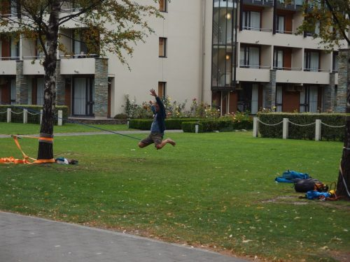 クイーンズタウンの公園で、スラックラインをしている人たちがいました。 沼島でも去年遊びましたが、自分でもほしい。