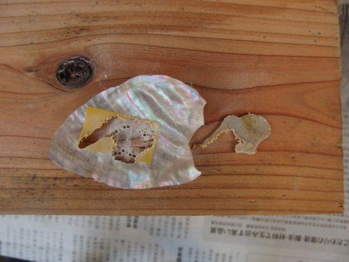 その4。 穴をつなげるように、図案の周りを切り出していきます。 余談ですが、貝を削っているとルーターのビットがすごいきれいになってくれてうれしくなります。