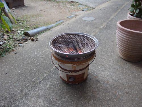 アダプター(七輪上置き)を併用すると、上に鍋を置きやすい!! むしろ無いときは毎回面倒な思いをしていました。